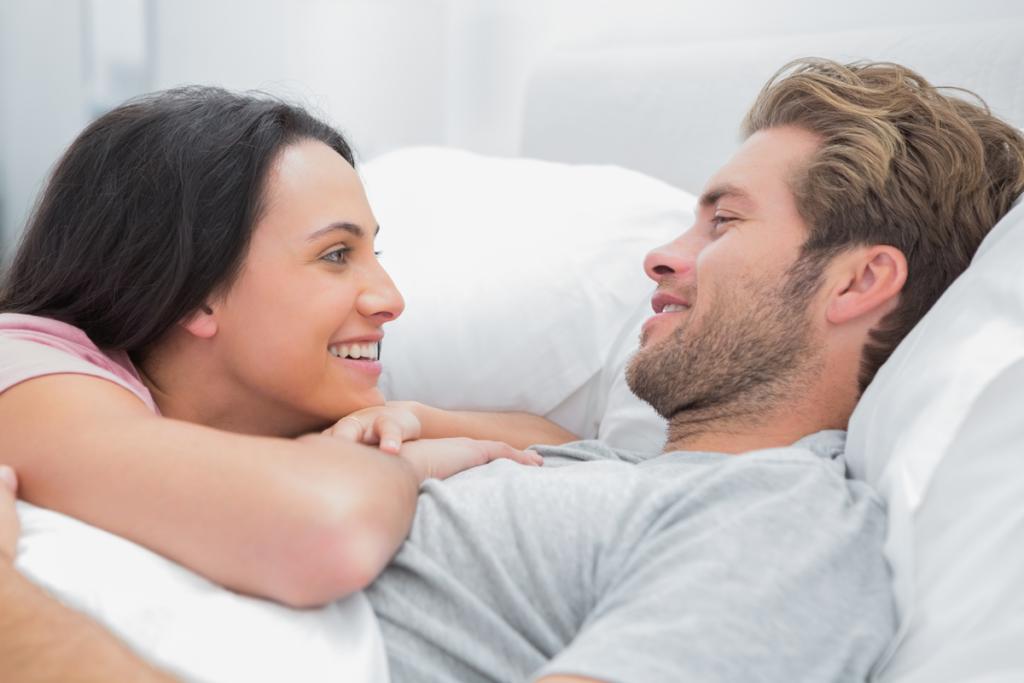 Mujer hablando con su marido en la cama