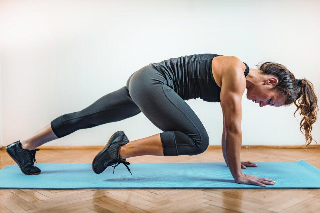 Kobieta wykonująca intensywne ćwiczenia