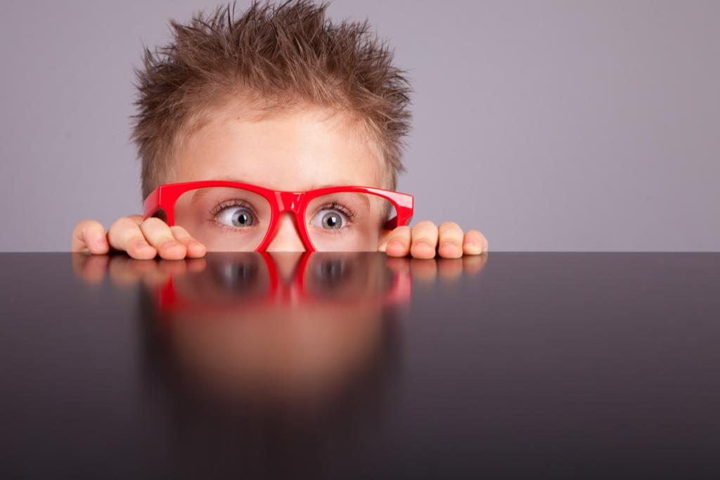 Niño curioso con gafas rojas