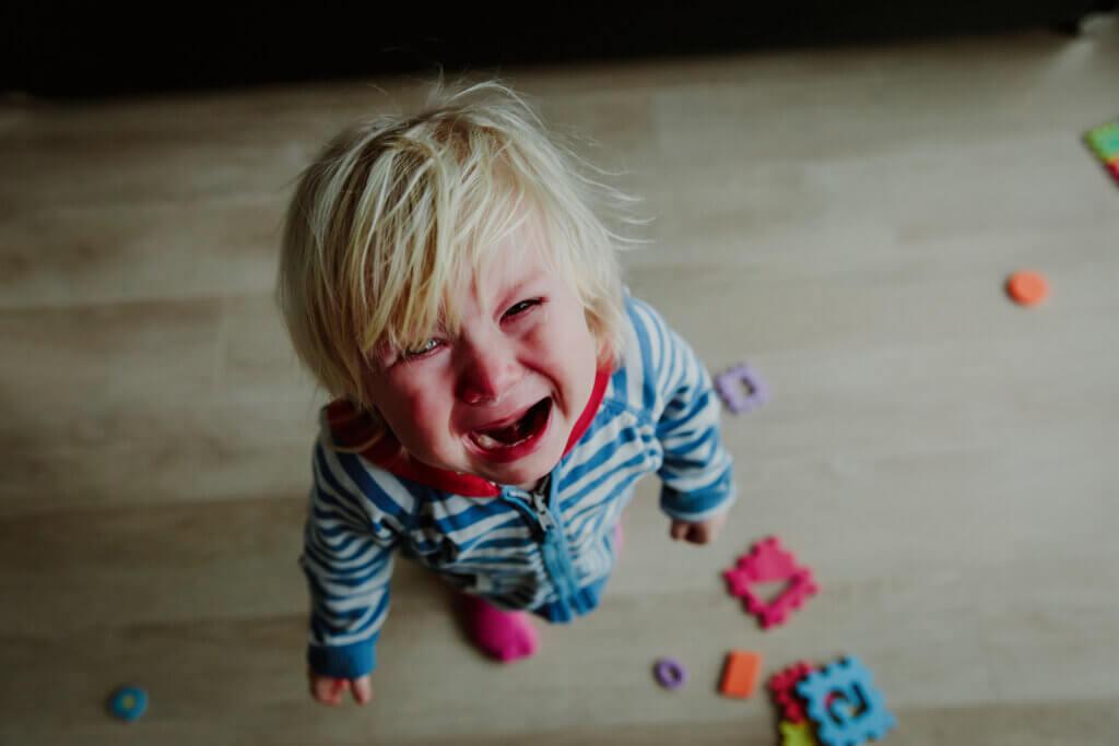 Gutt som gråter av raserianfall