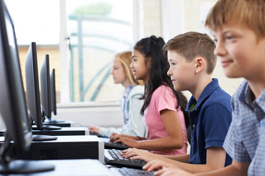 Barn lærer med digitale leseferdigheter