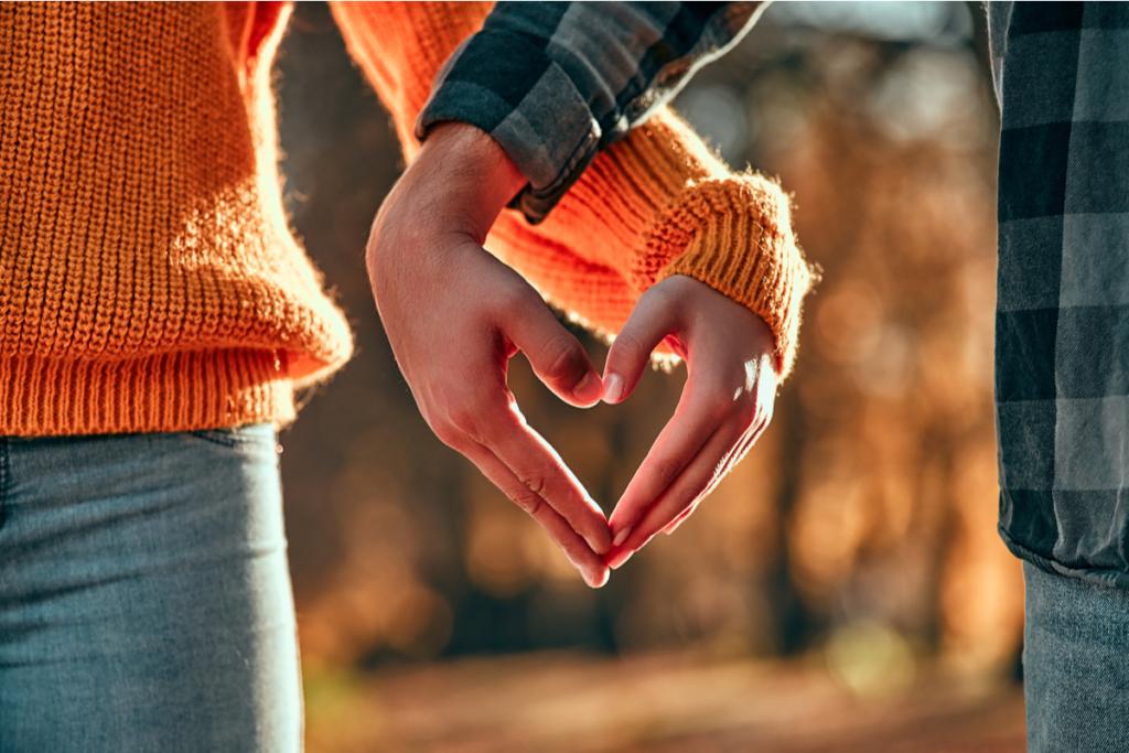 manos unidas representando que contraer matrimonio mejora la salud y reduce el estrés