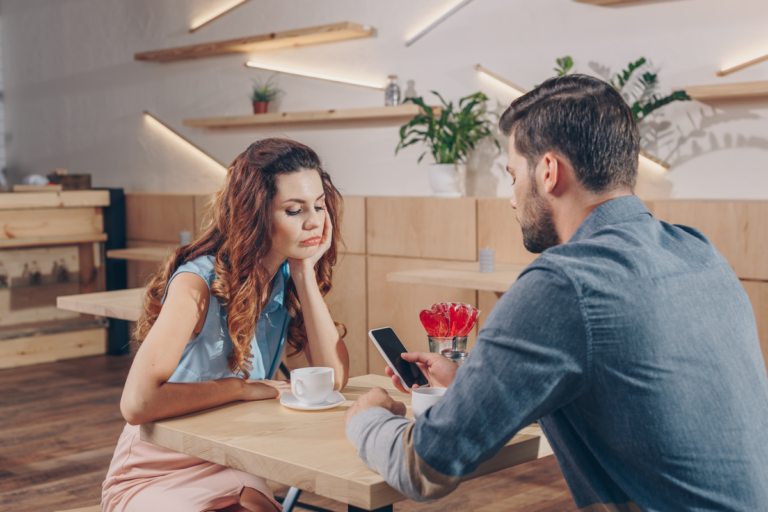 Mi pareja mira más al móvil que a mí: ¿qué puedo hacer?