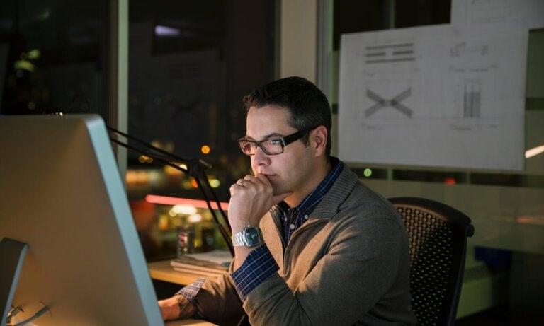 Según un estudio, el 70% de la pornografía se consume en horario laboral