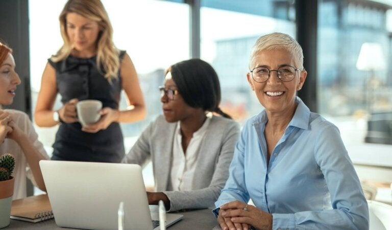 Razones por las que vale la pena contratar a personas de más de 50