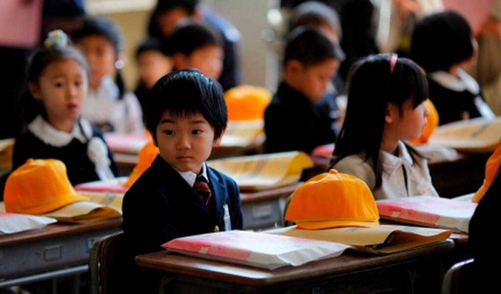niños nipones en clase para simbolizar los consejos de los padres japoneses